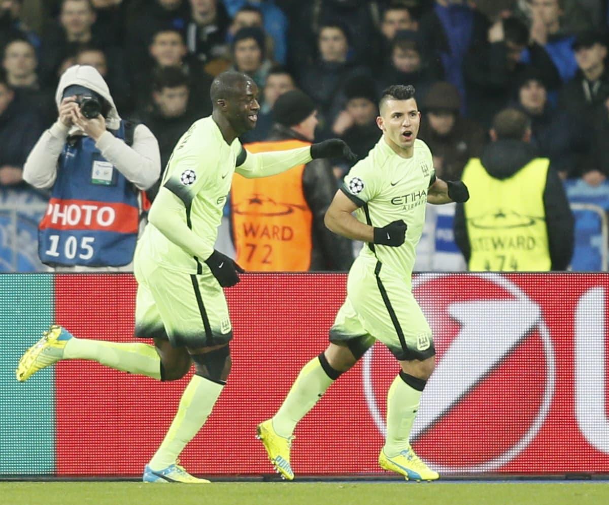 Manchester Cityn Sergio Aguero (oik.) juhlii maalia Kiovassa.