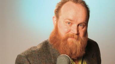 Gösta Sundqvist edessään mikrofoni.