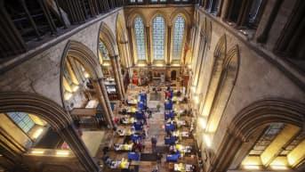 Britannia koronarokottaa Salisburyn katedraalissa