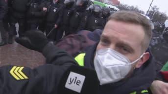 Mellakkapoliisi hajottaa mielenosoituksen Moskovassa