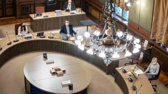Hallituksen talousneuvotteluja jatketaan viisikon voimin