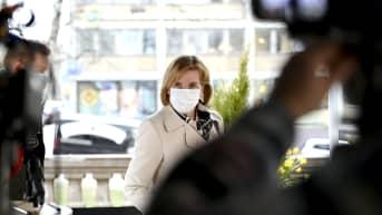 Oikeusministeri Anna-Maja Henriksson kommentoi neuvotteluja Säätytalolta perjantaina.