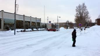 Nainen ylittää katua Joutsan keskustassa.