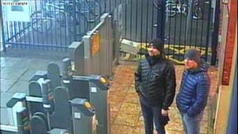 Kaksi miestä juna-asemalla.