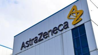 AstraZenecan logo  heidän toimistonsa seinässä Macclesfield, Cheshiressä.