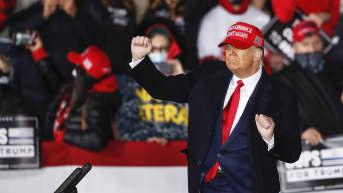 Presidentti Donald Trump kampanjatilaiuudesas Janesvillessa, Wisconsinissa.