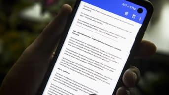 Sähköpostitse Psykoterapiakeskus Vastaamosta lähetetty tietoturvaloukkausilmoitus puhelimen näytöllä.