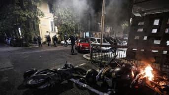 Kuvassa on kaatuneita ja palavia moottoripyöriä Roomassa.