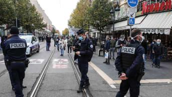 Poliiseja kadulla tapahtumapaikalla jossa puukotus tapahtui.