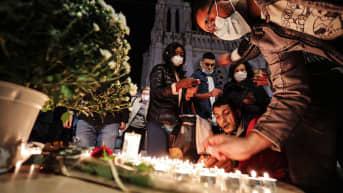 Kuvassa on ihmisiä Nizzan terrori-iskun uhrien muistopaikalla.