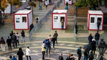 Ihmiset jonottavat koronaviruksen joukkotestaukseen Bratislavassa.