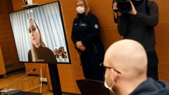 Syytetty etualalla ja sisäministeri Maria Ohisalo etäyhteydellä Helsingin käräjäoikeudessa tiistaina.