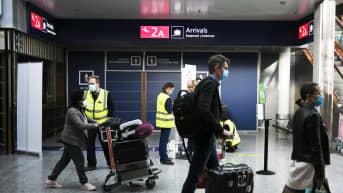 Matkustajia Helsinki-Vantaan lentokentällä syyskuussa 2020.