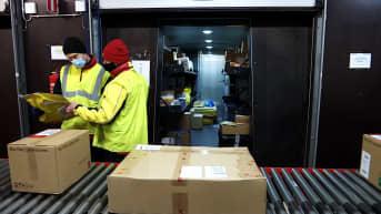 Paketteja lajitteluhihnalla