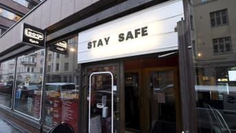 Stay safe kehoitus Bar Loosen valomainoksessa Helsingissä .