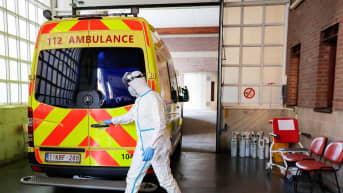 Koronapotilaita siirretään tavallisesta sairaalasta erilliseen koronayksikköön Brysselissä Belgiassa.