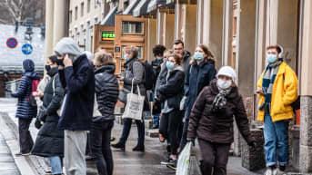 Ihmisiä odottamassa bussia Helsingissä.
