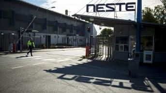 Nesteen Naantalin jalostamoalueelle johtava portti.
