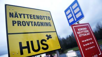 Autojono HUSin ja 9Lives-yhtiön yhteiseen koronatestauspisteeseen Vantaan Koivukylässä Havukosken liikuntapuistossa 1. joulukuuta.