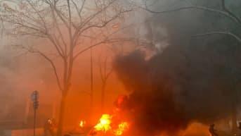 Kuvassa on palava henkilöauto, josta lähtee paljon savua.