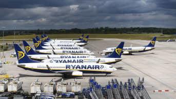 Ryanairin lentokoneita Lontoon kentällä.