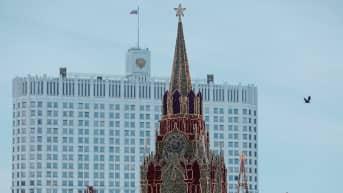 Kuvassa etualalla kirkontorni. Taka-alalla näkyy Kremlin hallintorakennus.