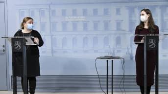 Perhe- ja peruspalveluministeri Krista Kiuru (vas.) ja pääministeri Sanna Marin hallituksen tiedotustilaisuudessa Helsingissä 25. tammikuuta.