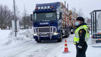 Tornio-Haaparanta rajanylityspaikalle saapuu tukkirekka.
