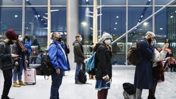 Matkustajia Lontooseen lähtevän lennon portilla Helsinki-Vantaan lentokentällä.