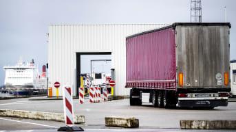 Britanniasta saapuvia rekkoja Hoek van Hollandin satamassa Hollannissa.