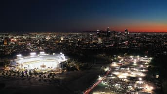 Los Angelesissa jonotettiin Dodger-stadionin vieressä.