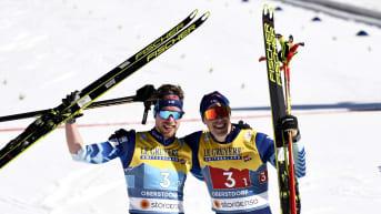 Joni Mäki ja Ristomatti Hakola tuulettavat MM-hopeaa.