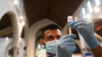 Farmaseutti valmistelee rokotetta.