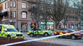 Ambulansseja kadulla vetlandassa.