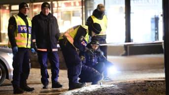 Poliisit tutkivat Vetlandan iskun jälkiä.