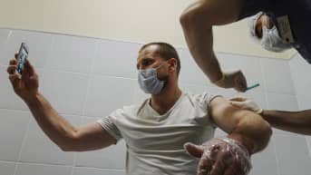 Mies saa rokotuksen Moskovassa.
