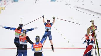Suomen viestinelikko tuulettaa MM-pronssia.