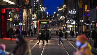 Ihmisiä liikkeellä Helsingin keskustassa illalla 3. maaliskuuta 2021.