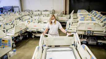 Työntekijä siirtelee sairaalasänkyjä sänkyjä valmistavassa tehtaassa Tshekeissä.