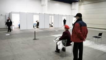 Asiakkaat odottavat rokotusvuoroaan Helsingin Messukeskuksessa.