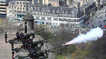 Sotilaat ampuvat kunnialaukauksia vanhoilla tykeillä Edinburghisa