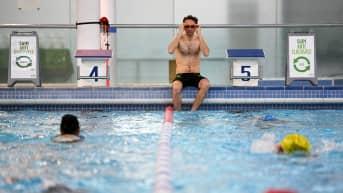 Uimareita uimahallissa.