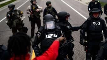 Mielenosoittajat ja mellakkapoliisit kohtasivat Minneapolisissa.