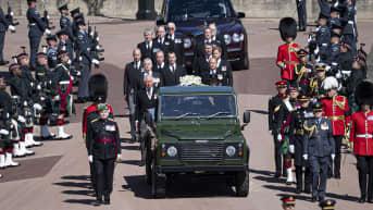 Prinssit ja muut hautajaisvieraat kulkevat saattueessa kohti Pyhän Yrjön kappelia.