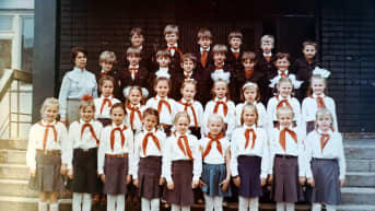 Nelli Piattoeva vanhassa luokkakuvassa koulutovereineen. Kuva on otettu Petroskoissa.