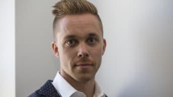 Tanssin talon johtaja Matti Numminen poseeraa kameralle