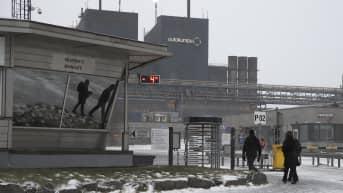 Työntekijöitä menossa Outokummun Tornion tehtaan pääportista sisään,