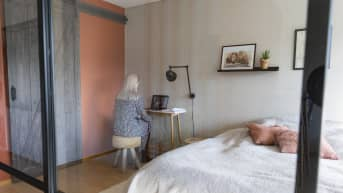 Susanne Ojaniemi opettaa luokkaansa etäyhteyden välityksellä omasta makuuhuoneestaan.