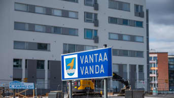 Vantaan-kyltti, taustalla uudisrakentamista.