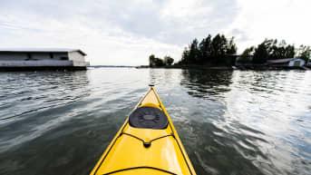 Kuvassa on näkymä merelle kajakista käsin Helsingin edustalla kesäkuussa 2020.